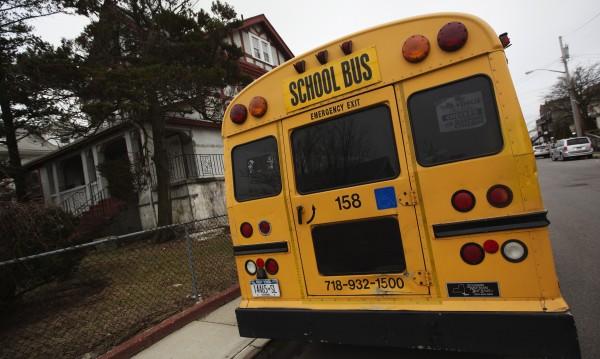 Мъж нападна автобус в Алабама, държи дете за заложник