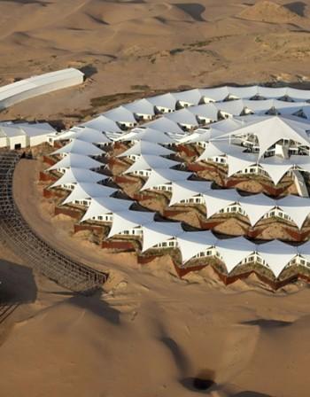 Като кораб сред пясъчните дюни