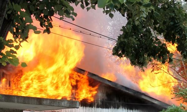 Пиян подпали гараж, бере душа в болница
