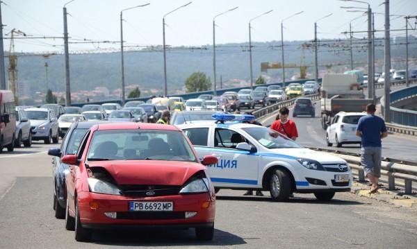 Верижна катастрофа блокира Аспаруховия мост във Варна