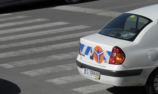 """Подновяват маркировките на """"зебрите"""" около столичните училища"""