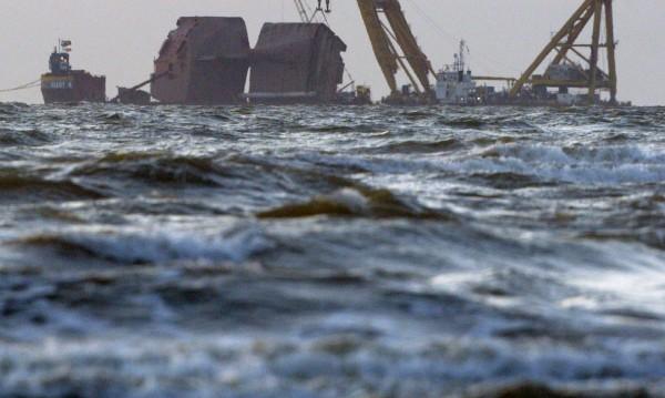 Два кораба се сблъскаха край брега на Холандия