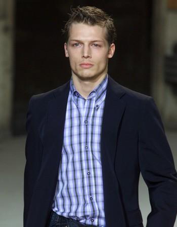 Рецепта за повишение: Светлосиня риза и тъмносиня вратовръзка