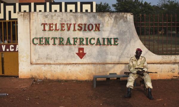 Въоръжени нападнаха летището и телевизията в столицата на ДР Конго