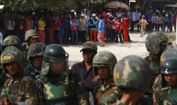 Полицията в Камбоджа откри огън по протестиращи работници