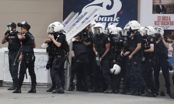 350 турски полицаи бяха отстранени от работа