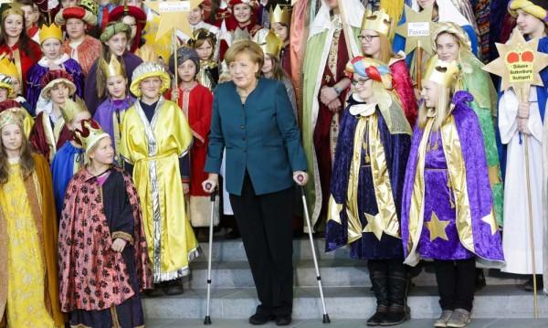 Меркел се появи с патерици след злополуката при ски бягане