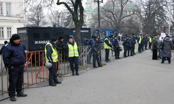 Двайсетина на протест за 40 минути пред парламента