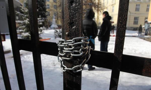 Веригите срязани, окупацията на Ректората падна