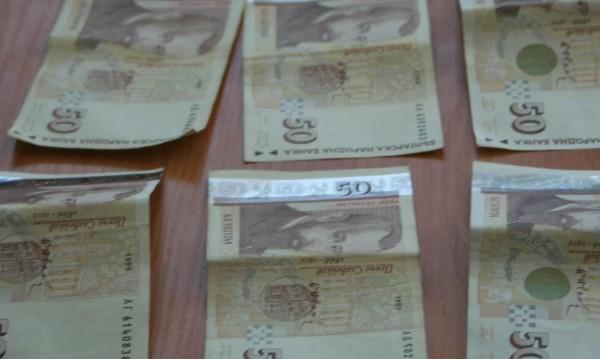 Откраднаха близо 23 хил. лв. и 2000 евро от незаключена кола
