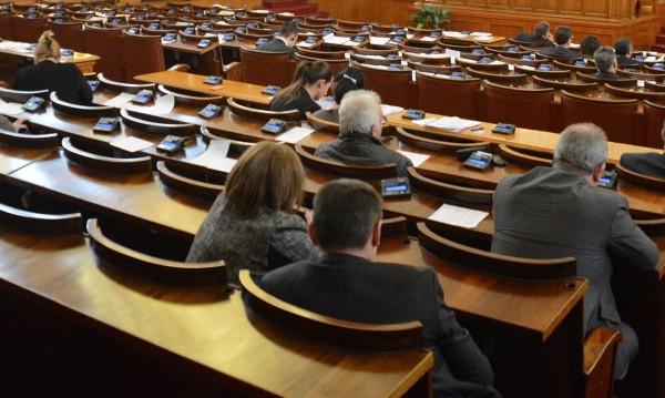 """Парламентът пак без кворум – """"Атака"""" ги няма, 109 са вътре"""