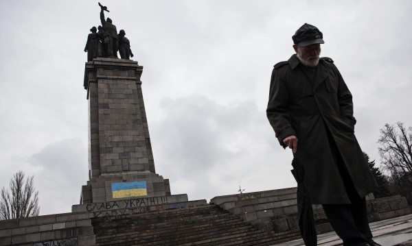 Русия: Наказание за оцветения паметник на Съветската армия