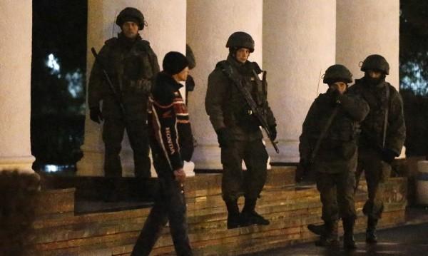 Въоръжени превзеха за кратко летището в Симферопол
