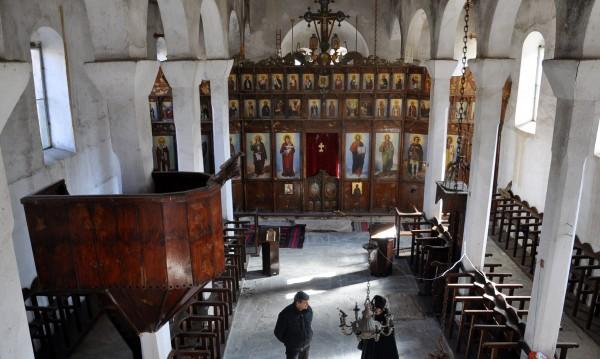Село Влахи - двама постоянни жители и две църкви
