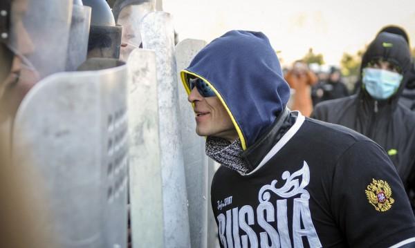 Киев не успява да овладее подклаждан отвън бунт