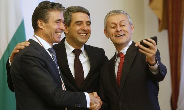 """Соломон Паси извади мобилния за """"НАТО селфи"""""""