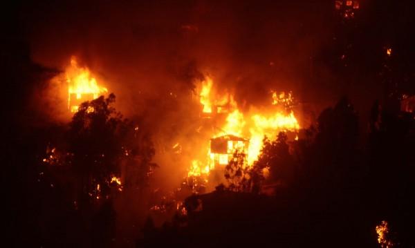 Пожар изпепели 500 къщи в Чили, двама са загинали