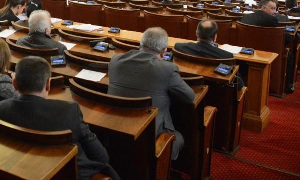 """БСП, ДПС и """"Атака"""" пребориха ветото за Сметната палата"""