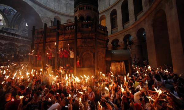 Благодатният огън се запали в храма на Гроба Господен