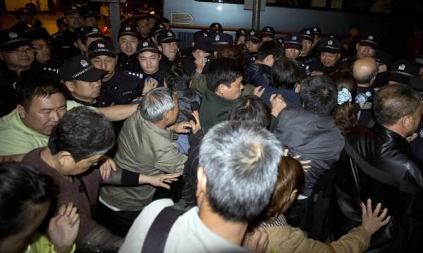 Близки на пътниците от изчезналия самолет протестираха в Пекин