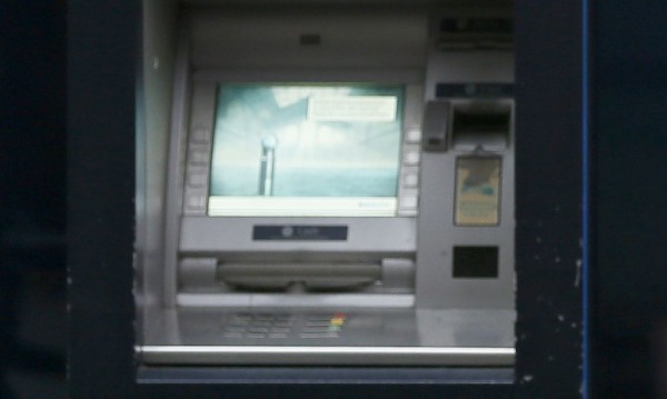Хванаха двама българи във Франция, източвали банкови карти