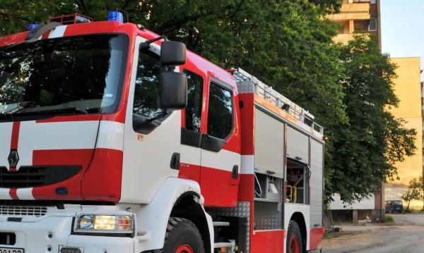 Четири коли и АТВ горяха при пожар в Лом