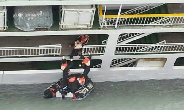 Водолаз умря в търсене на тела в потъналия южнокорейски ферибот