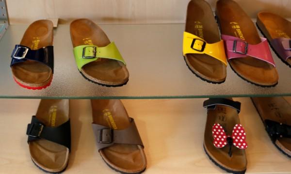 Най-новият тренд: комбинацията на сандали с чорапи