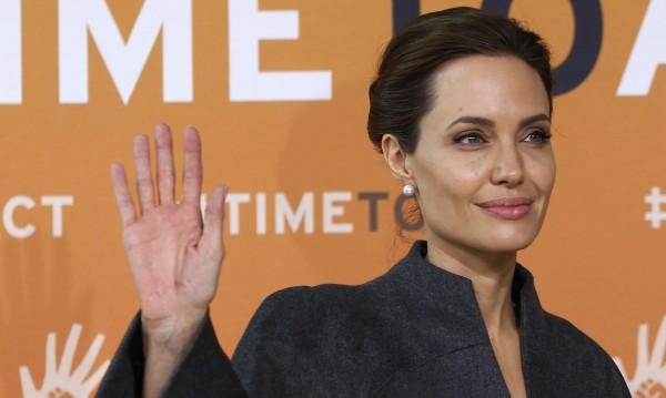 Джоли с почетно звание от британската кралица Елизабет Втора