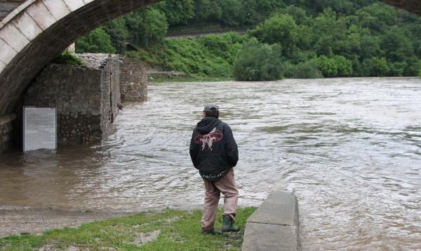 Шест реки заплашват да залеят половината страна