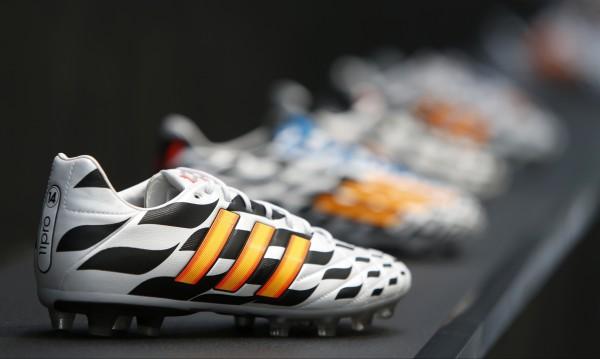 Ще отхапе ли Луис Суарес и печалбата на Adidas?
