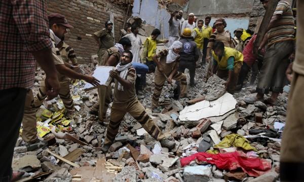 Две сгради се срутиха в Индия, 12 души загинаха