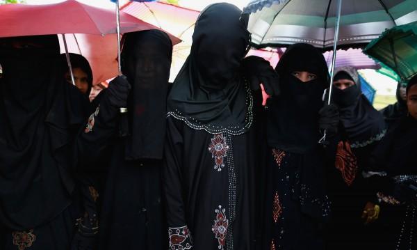 Кой кара жените да носят бурки?