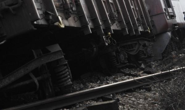 Вагон от товарен влак дерайлира