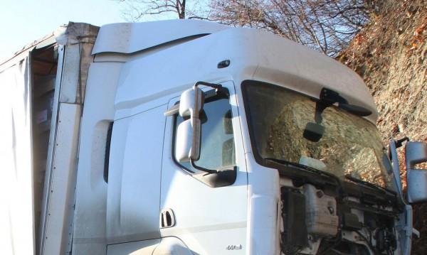 Мъж загина при челен сблъсък между тир и кола