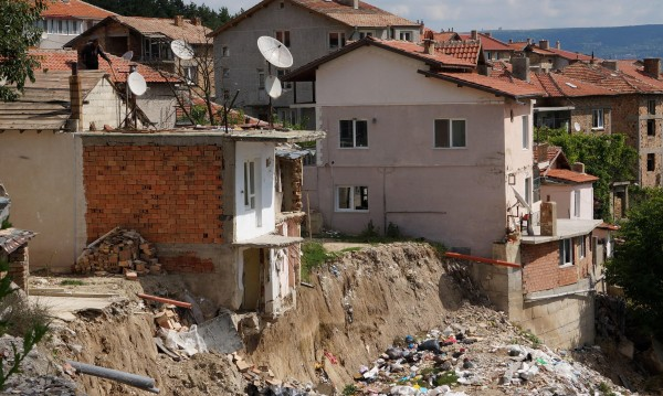"""ДНСК: Незаконното строителство е довело потопа в """"Аспарухово"""""""