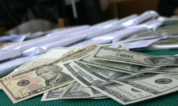 Откриха фалшиви долари у двама мъже от Попово