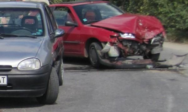 Мъж е с опасност за живота след сблъсък с товарен автомобил