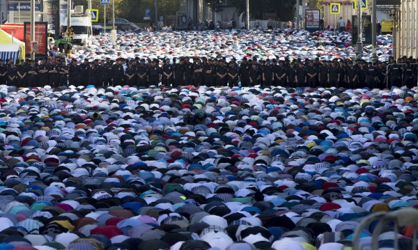 Десетки хиляди празнуват края на Рамазана в Москва