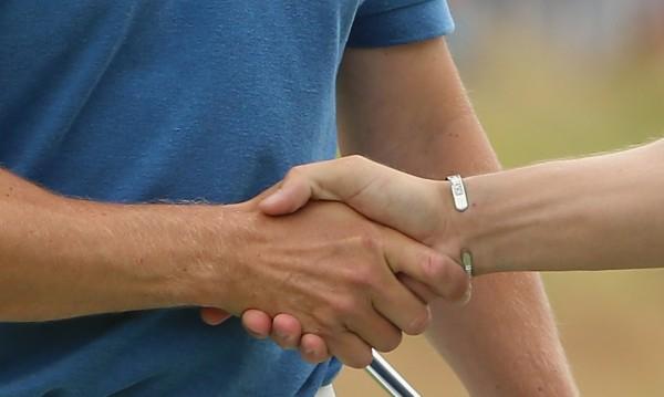 Учени вещаят края на ръкостискането