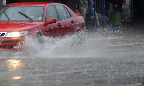 Утре: Опасност от значителни валежи и гръмотевични бури