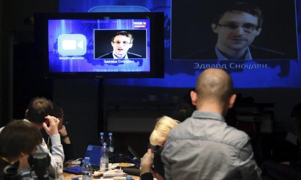 Сноудън иска политическо убежище от Русия