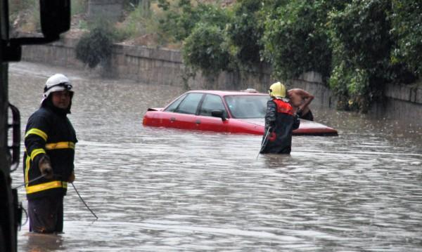 Проливен дъжд наводни подлезите във Враца