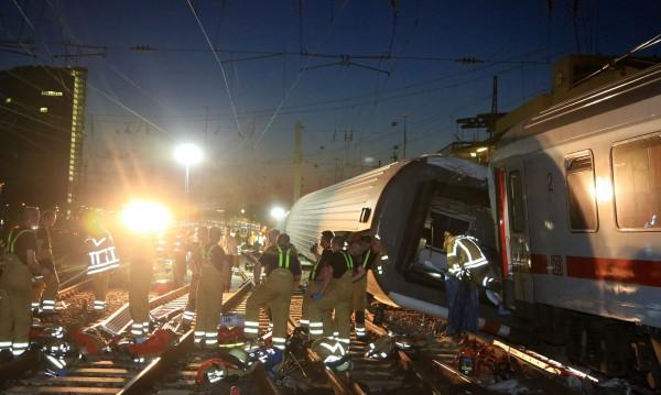 45 пострадали при влакова катастрофа в Германия