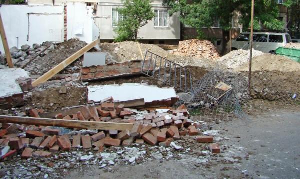 Стена се срути и затрупа работник в Пловдив