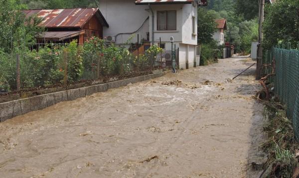 Пороите пак наводниха къщи, преляха реки