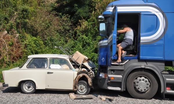 Трабант и камион се сблъскаха край хасковско село