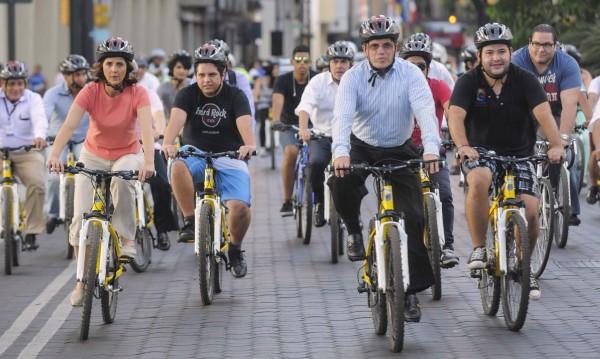 Умно сако служи като отразителна жилетка за велосипедисти