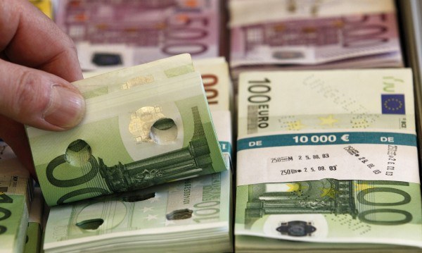 Домакинствата и бизнесът върнаха 1 млрд. лв. в банките