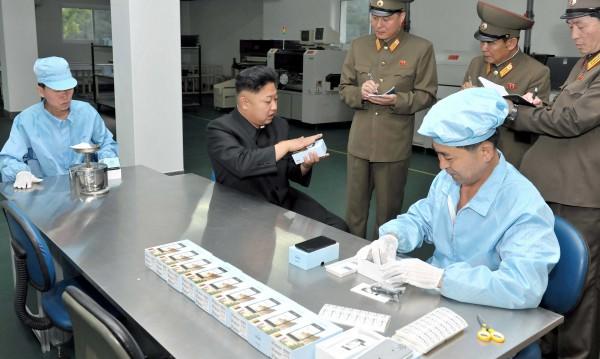 Севернокорейски iPhone, цветен, че и с камера!